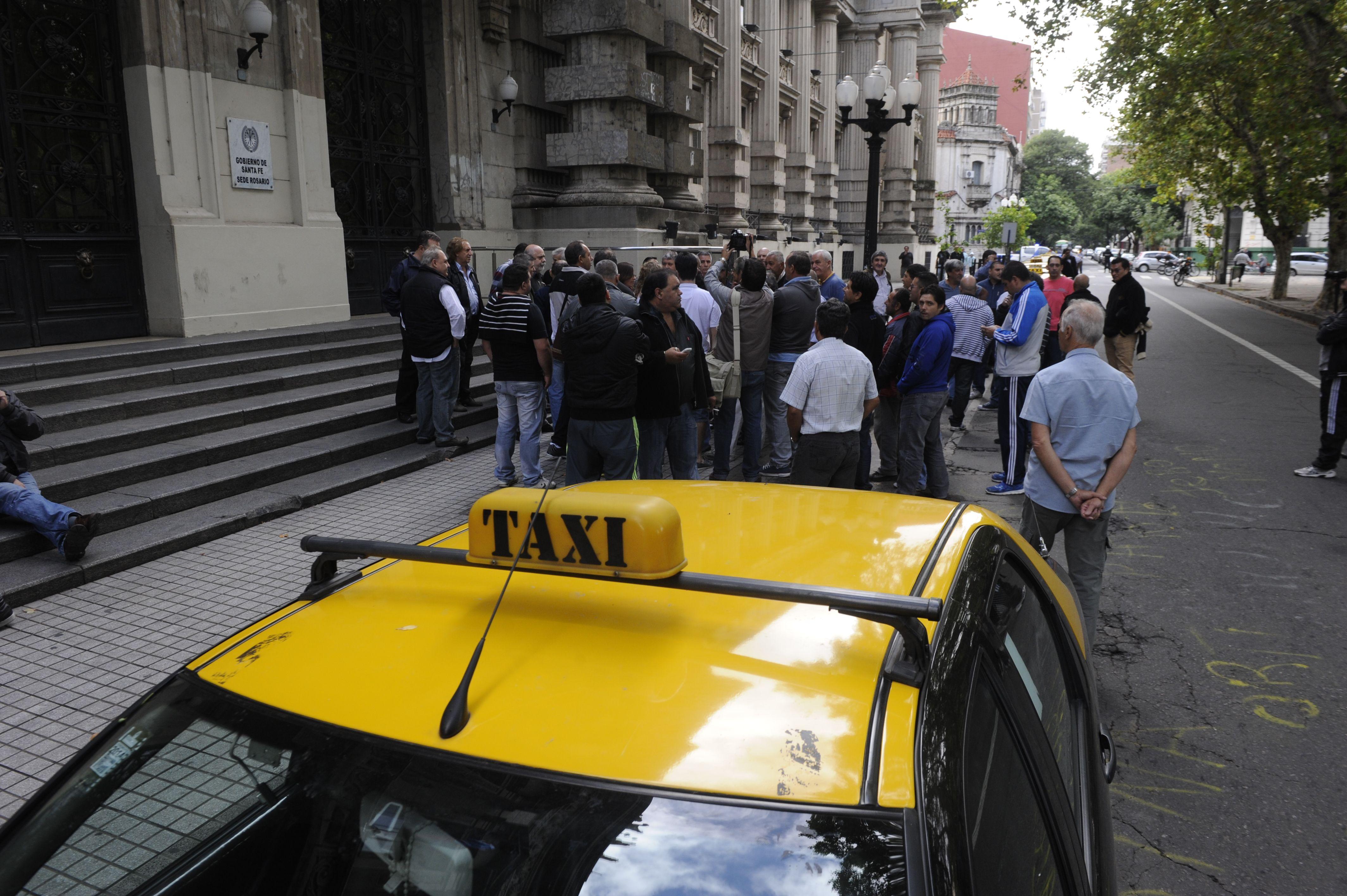 Los taxistas se movilizaron ayer hasta la sede de Gobernación para protestar por la muerte del colega Quinteros.