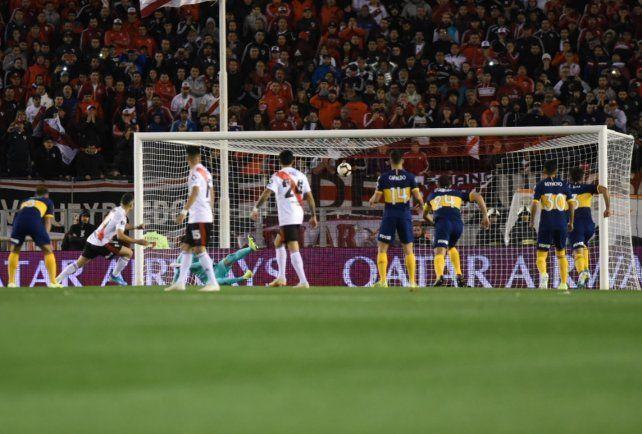 El colombiano Borré ya marcó el gol de River de penal y comienza el festejo.