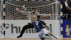 El lateral Federico Pizarro, con 6 goles goleador argentino, enfrenta al arquero Mohamed Abdulhusain.