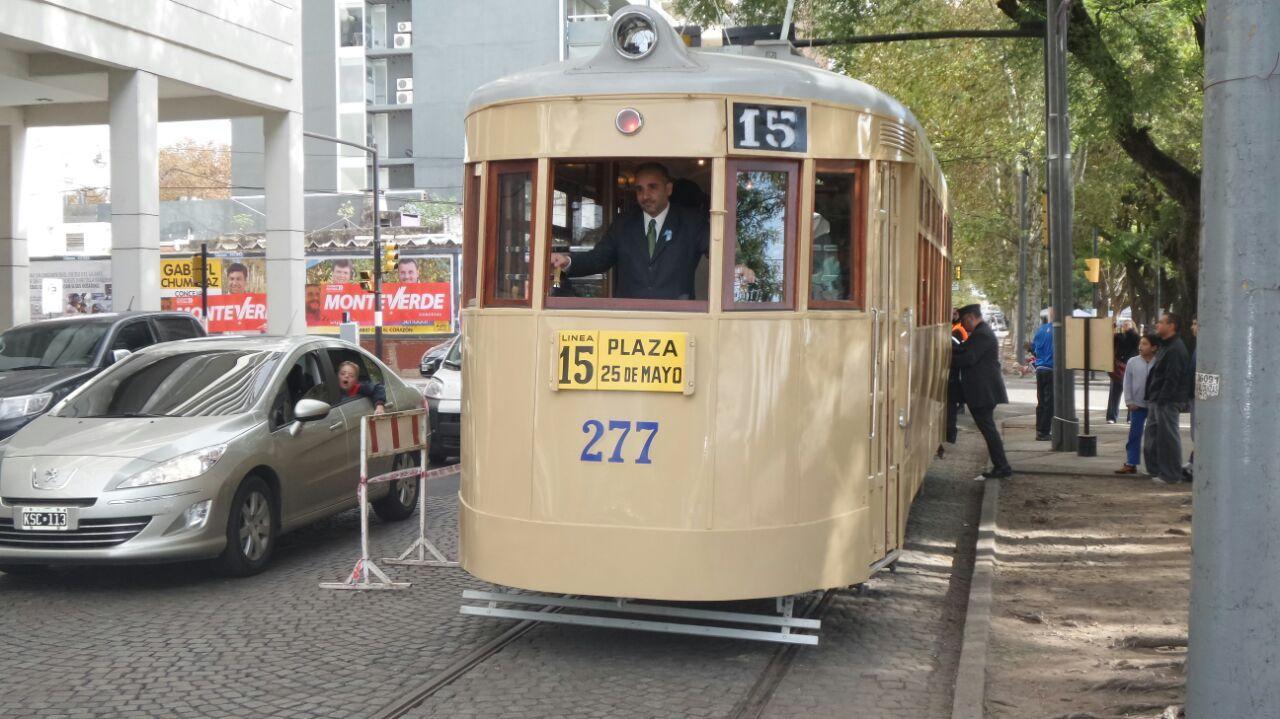 El legendario tranvía volvió a rodar hoy por las calles rosarinas.