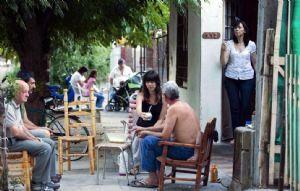 La reunión de los vecinos en la calle es una tradición que se mantiene en algunos barrios de Rosario.