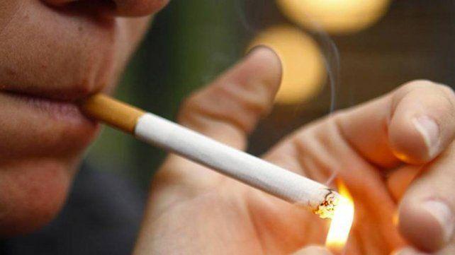 En España evalúan prohibir fumar en espacios públicos para frenar al coronavirus