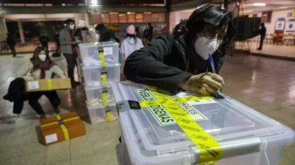 A contar. Urnas certificadas por las autoridades de mesa son enviadas a los centros de cómputos.