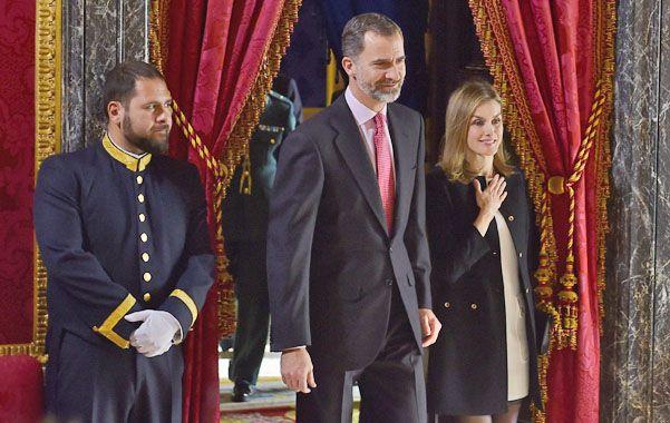 Expectativa. Los reyes Felipe y Letizia durante una ceremonia en el palacio de Las Zarzuelas de Madrid.
