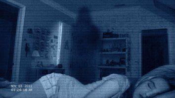 Una joven pareja que sospecha que en su casa suceden hechos paranormales, decide grabar en video todo lo que ocurre en los momentos en que ellos están durmiendo.