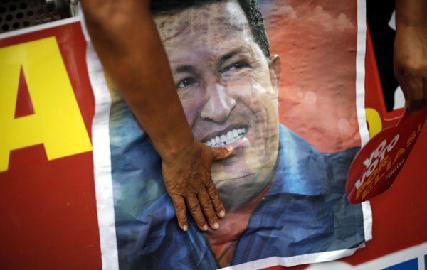Seguidores de Chávez con un póster del presidente venezolano.