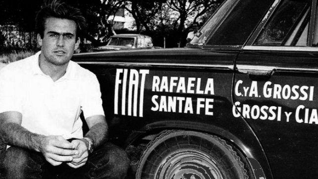 Reutemann, de 23 años, junto al auto Fiat 1500 Berlina que lo hizo debutar en el automovilismo.