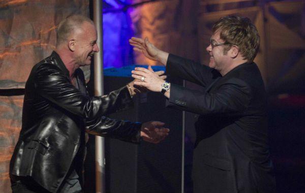 famosos en acción. Sting interpretó una canciónen honor a Elton John.