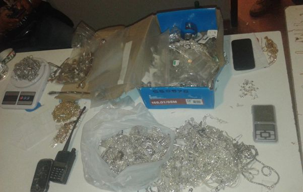 En el allanamiento en el que se detuvo a los sospechosos se recuperó el material robado a MG Joyas.