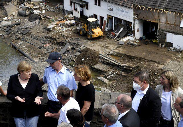 Merkel habla con vecinos en la devastada localidad de Schlug