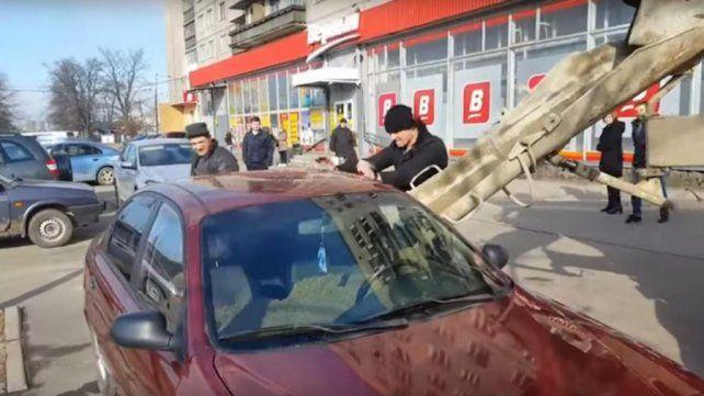 La mujer le fue infiel y el marido decidió llenarle el auto de hormigón