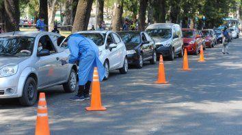 Larga hilera de autos en el debut del operativo Auto Test Covid 19en el Parque Independencia.