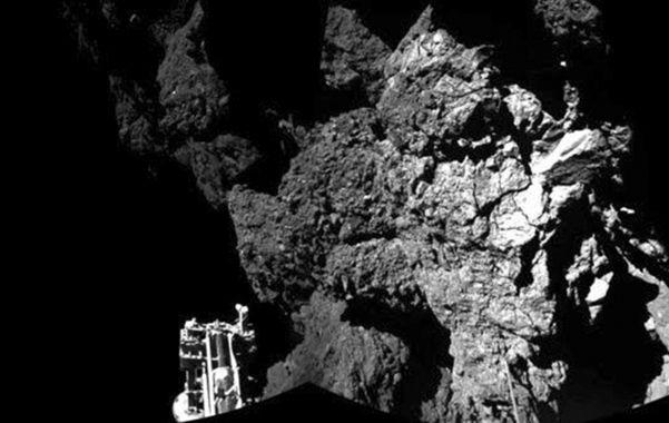 La foto transmitida a Tierra muestra una superficie rocosa y una de las tres patas del módulo en un ángulo de la imagen.