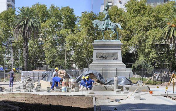 Operarios trabajan en el cambio integral de los solados de la céntrica plaza frente a la sede local de la Gobernación. (S.Salinas)