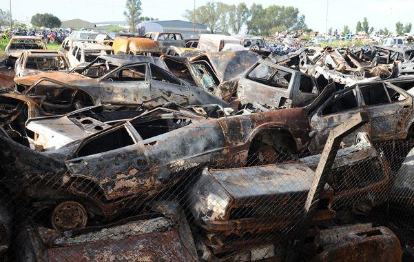 Al menos unos cincuenta vehículos fueron totalmente consumidos por las llamas en el corralón judicial.