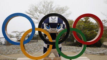 Una de las mascotas de Tokio, Miraitowa, espera certezas sobre los Juegos, como casi todos los amantes del olimpismo.