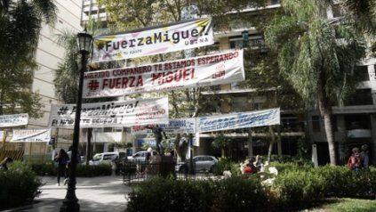 El aguante. El respaldo a Miguel Lifschitz llega desde la calle. Reutemann también se encuentra en el Sanatorio Parque.