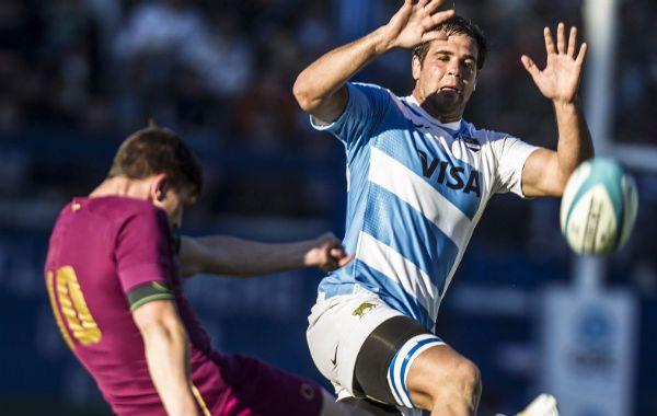 El apertura inglés Burns intenta una patada. El equipo argentino sufrió una nueva derrota y defraudó.
