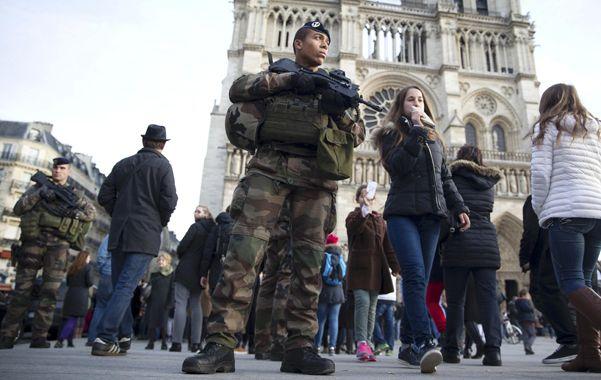 Control. Uno de los soldados que ayer custodiaban los alrededores de la parisina catedral de Notre Dame.
