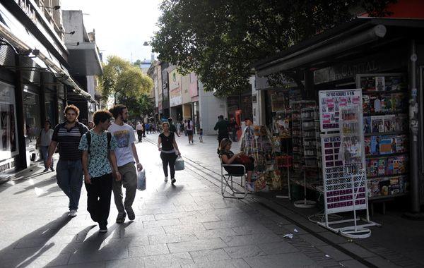 En la peatonal hubo muchos locales abiertos y poca gente comprando. (foto: Virginia Benedetto)