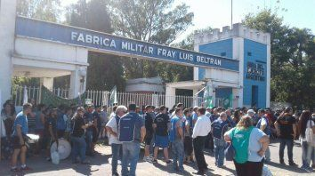 En la calle. Los trabajadores de la Fábrica Militar sufrieron otra tanda de 35 cesantías a fin del año pasado.