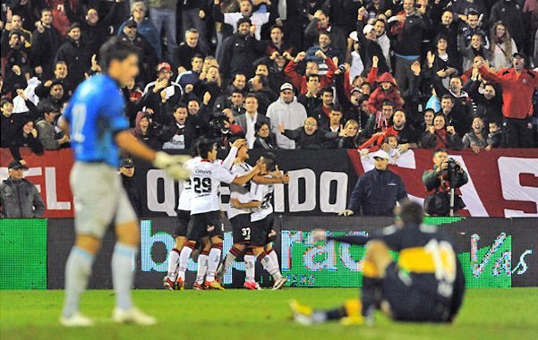 Festejo rojinegro. Los jugadores de Newell's celebran uno de los tantos de la goleada mientras que D'Angelo y Albín sufren mirando con impotencia. (foto: Gustavo de los Ríos)