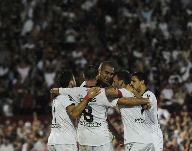 Los jugadores se abrazan tras el gol que acaba de convertir Trezeguet. (Foto: S. Suárez Meccia)