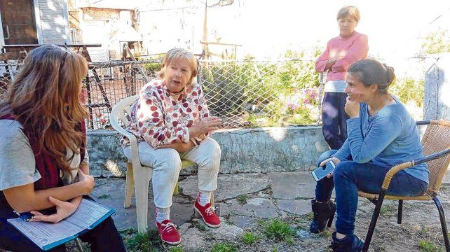 Los alumnos y alumnas de la licenciatura de la UNR tomaron contacto con las vecinas para conocer sus historias.