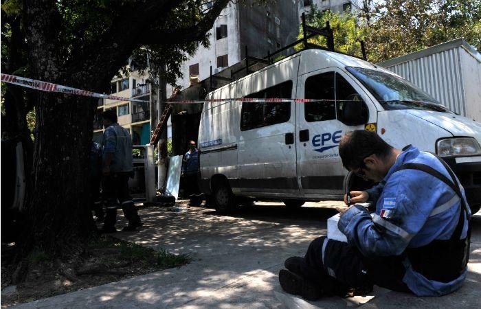 Los operarios de la EPE trabajaron ayer en la zona de Ovidio Lagos y Rueda. (Foto: Sebastián Suárez Meccia / La Capital)