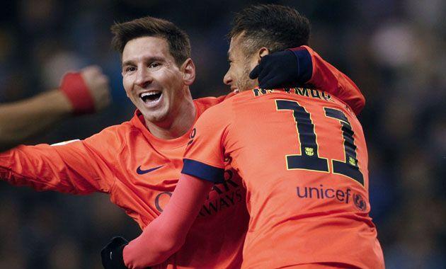 Messi celebra con Neymar el primer tanto que marcó hoy.