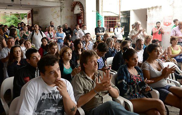 La convocatoria fue a la prensa y a todo el barrio para defender el proyecto y plantarse frente a los violentos.  (Foto: L.Vincenti)