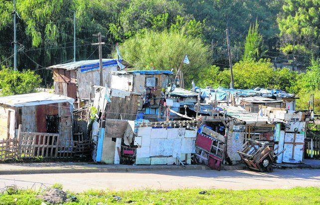 postergados..Barrios populares son aquellos en los que viven al menos ocho familias agrupadas y más de la mitad no tiene título de propiedad ni acceso a servicios.