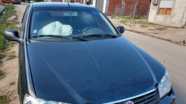 tragedia. El Fiat Palio activó los airbags luego del impacto con la piedra.