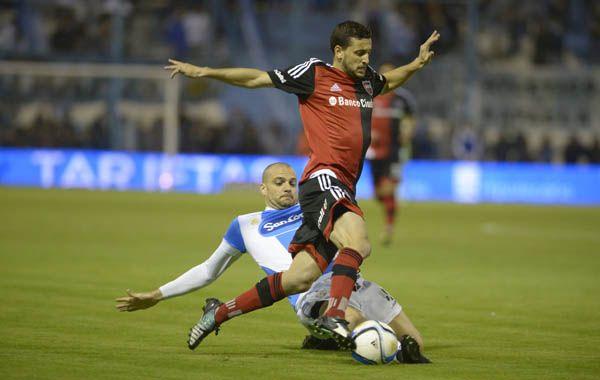 Tonso intenta escapar a la marca de Marino. (Foto: Sebastián Suárez Meccia)