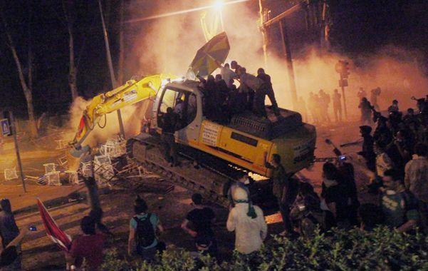 Descontrol. Manifestantes se apoderaron de un bulldozer en el centro de Estambul.
