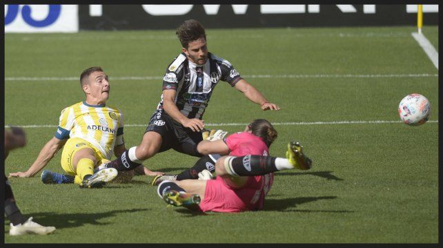 Gamba desbordó y cruzó la pelota al corazón del área para que Ruben marque el segundo gol canalla.