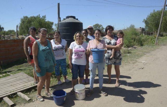 Periplo diario. En Nuevo Alberdi estas vecinas deben abastecerse de agua desde una cuba de Assa.