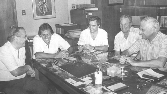 El presidente de Central, Víctor Vesco, y el Cai firman el contrato que lo unió al Canalla como DT en enero de 1991.