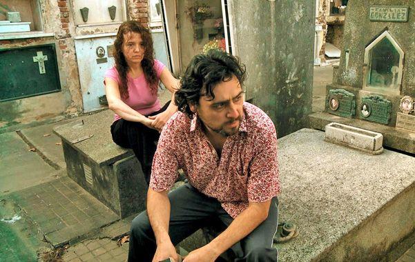 Protagonistas. Claudia Schujman y Miguel Bosco encarnan a dos hermanastros que roban en los cementerios.