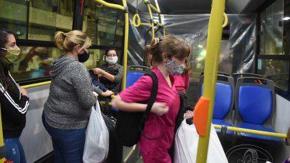 Barbijos y ventilación cruzada, una forma segura de evitar contagios en el transporte público.
