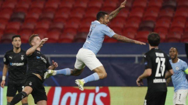 Gabriel Jesús salta en busca de la pelota en el área alemana.