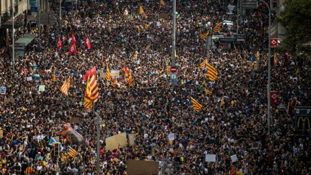 Paro general y protesta masiva en Cataluña por la represión durante el referéndum