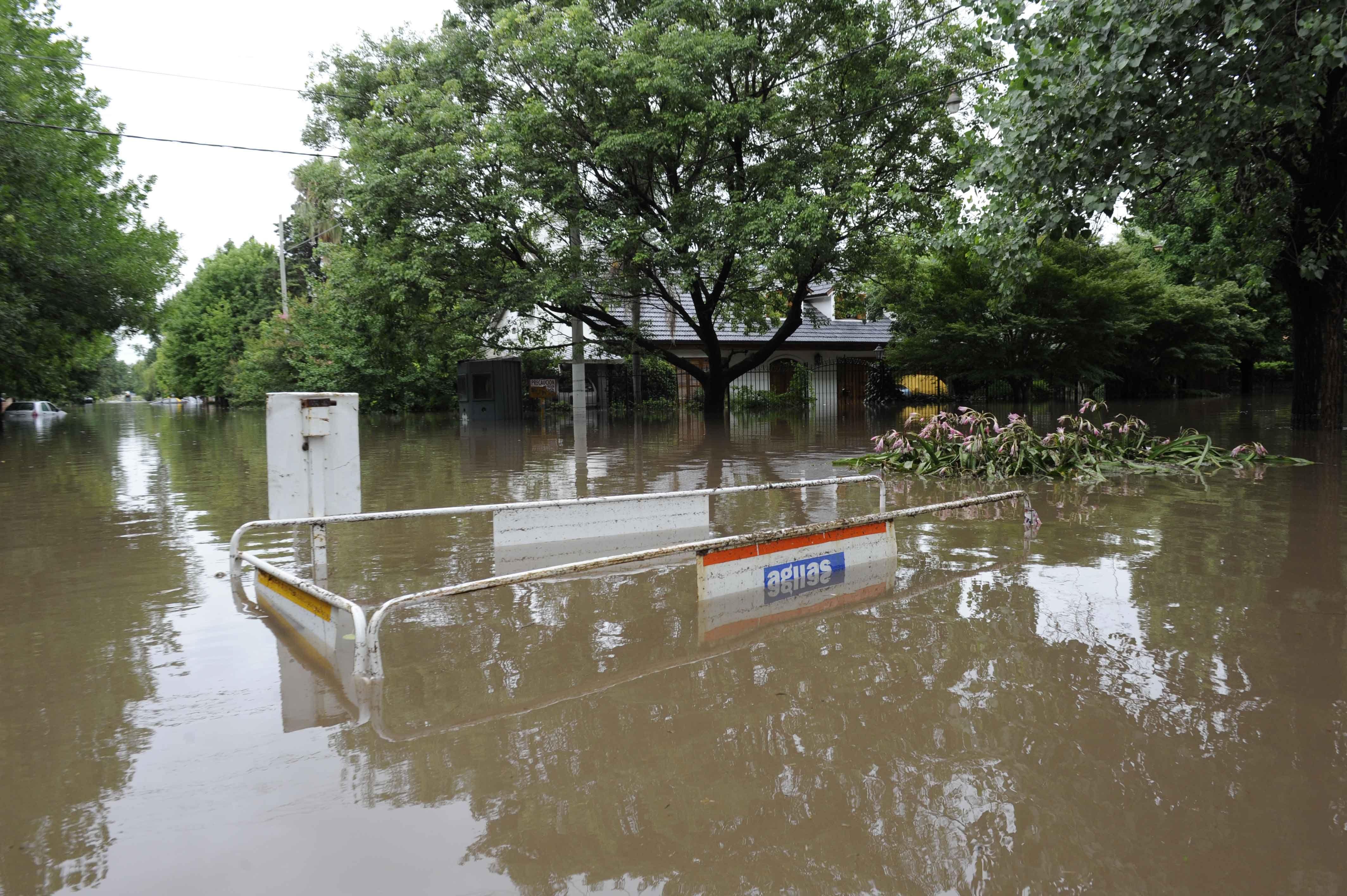 Las calles de Fisherton se convirtieron en corredores de agua como consecuencia del gran temporal de ayer. (Foto: S. Suárez Meccia)