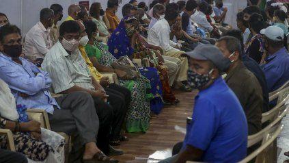 Sin distancia de separación suficiente, decenas de indios esperan para ser vacunados en Mumbai.