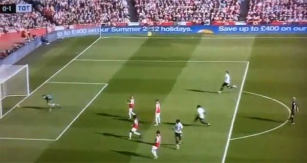 Insólito: un árbitro inglés festejó un gol en pleno partido