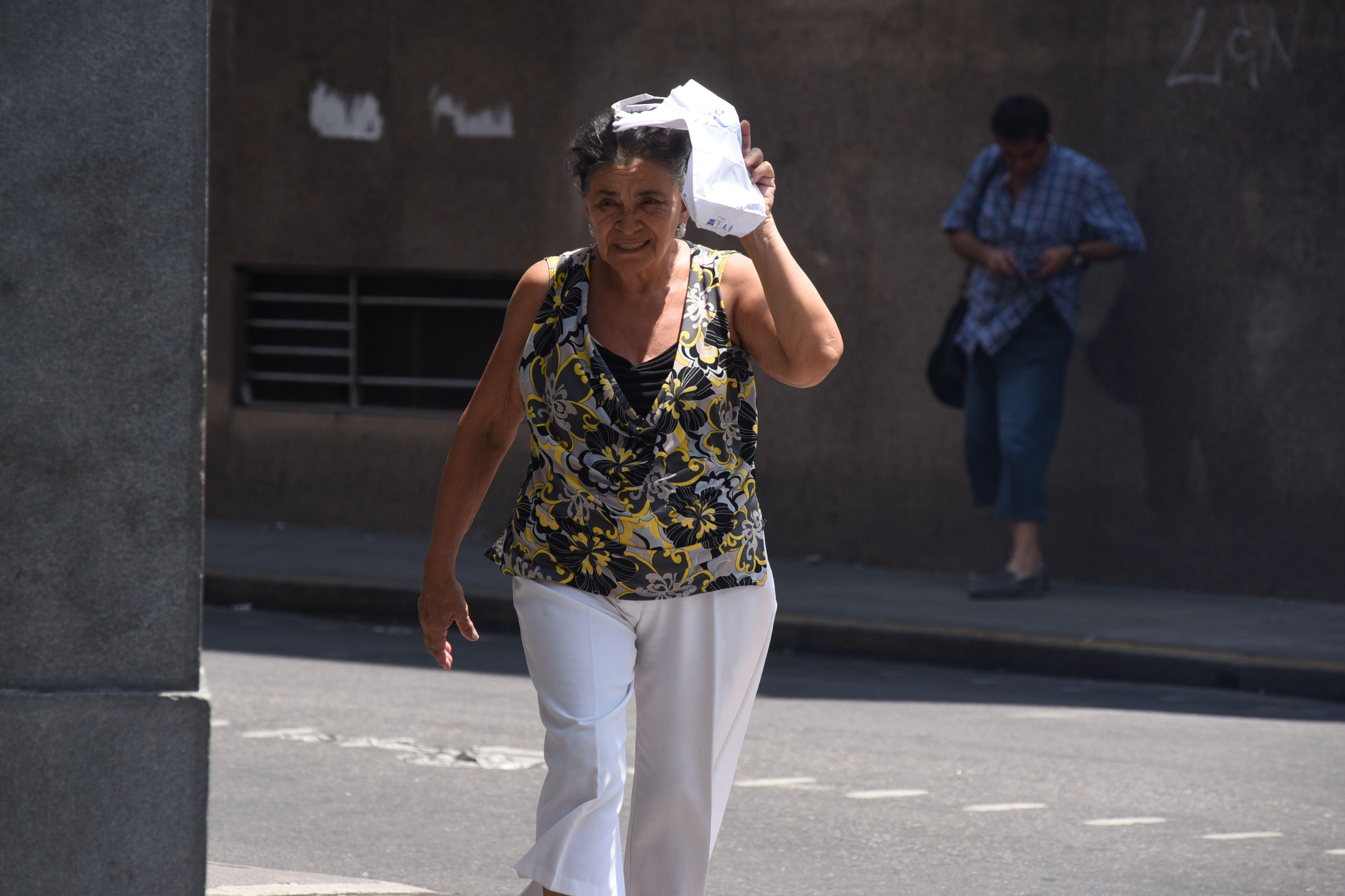 Rosario seguirá en el horno hasta el lunes y recomiendan cuidar a bebés y ancianos