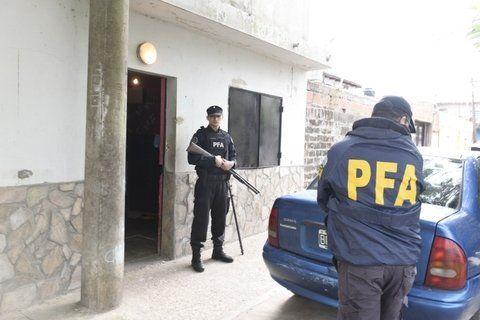 armados. La Policía Federal estuvo en quince domicilios de zona sur.