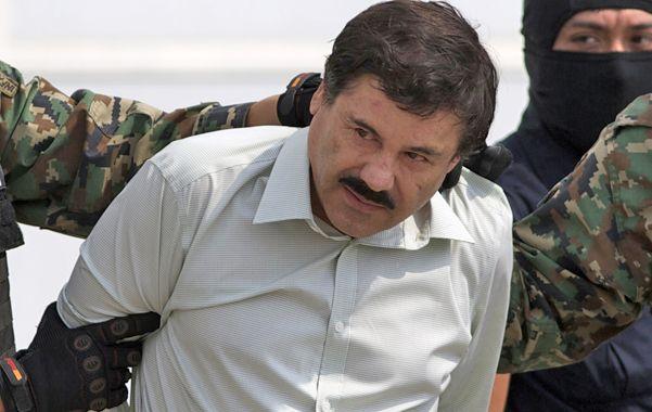 Apresado. Guzmán es trasladado hacia un helicóptero blindado que lo llevó a una prisión secreta.
