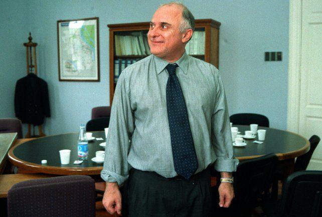 Lifschitz se prepara en su despacho municipal en noviembre de 2001 para debatir en el Concejo sobre transporte.