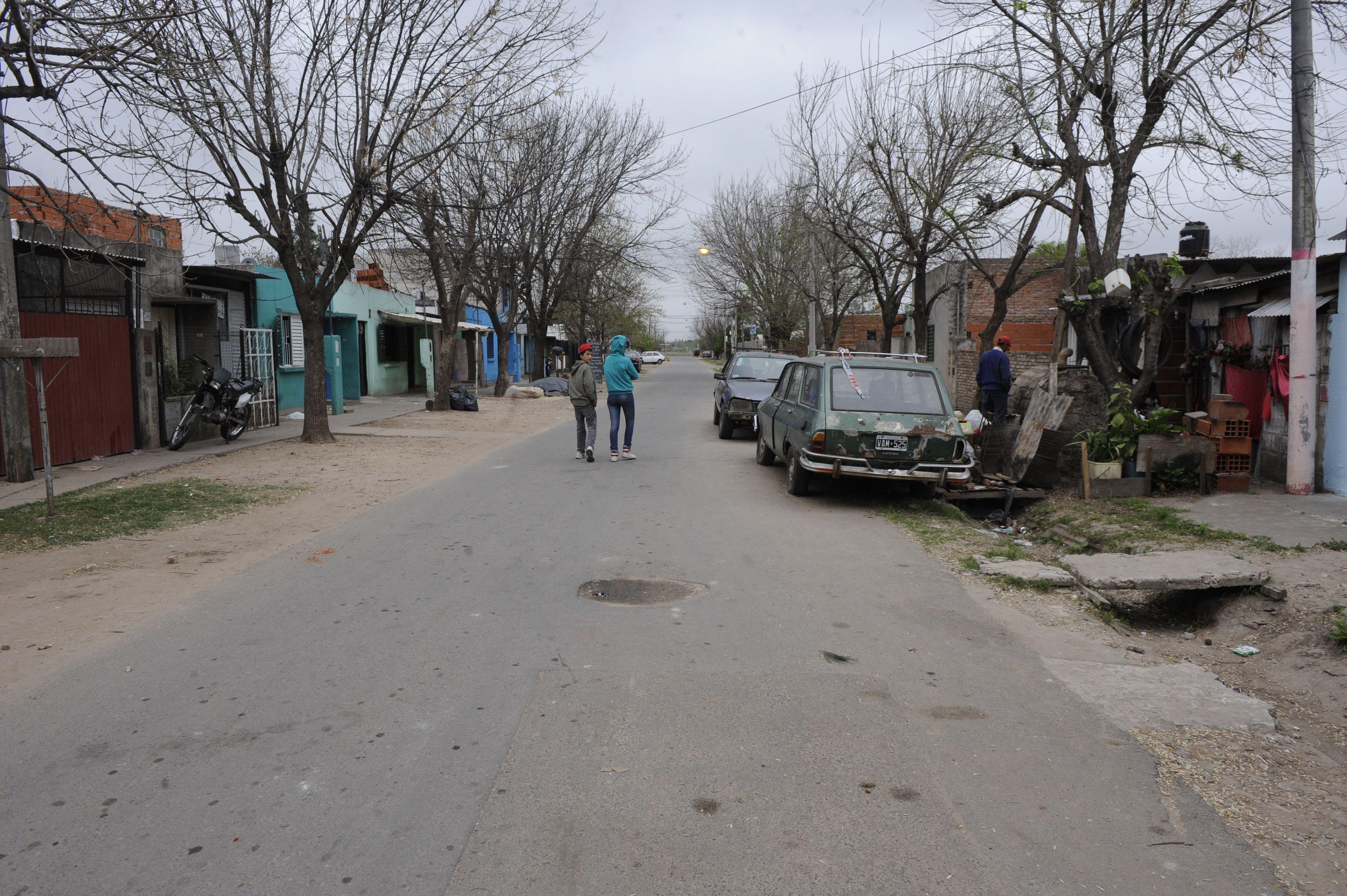 En esta calle del barrio Santa Lucía acribillaron hace diez días a dos adolescentes de 17 y 16 años que circulaban en una moto.